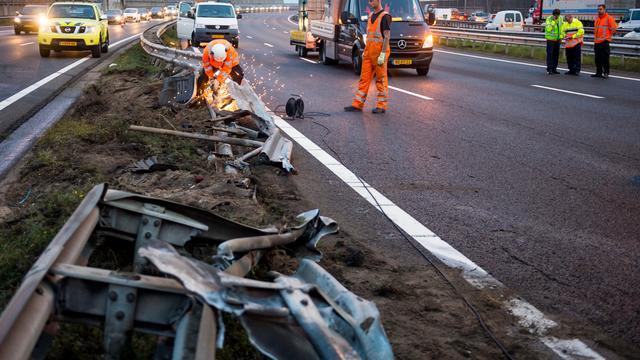 Auto ramt vangrail op A10 bij Amstel
