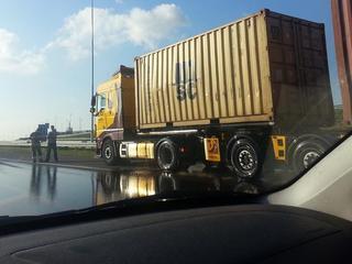 Vrachtwagen lekt glycerine op A15