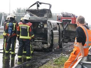 Busje brandt uit bij oprit A4 Leiderdorp