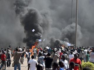 Duizenden betogers vielen parlement en gebouw van staatstelevisie binnen