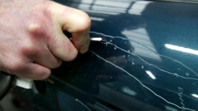 Buurtbewoner grijpt in nadat vrouw auto's bekraste