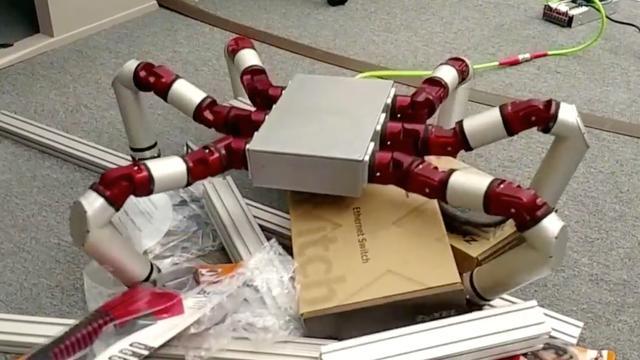 Amerikaanse universiteit geeft robot slangenbenen