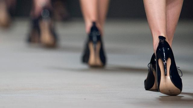 Model protesteert tegen Merkel tijdens modeshow Rick Owens