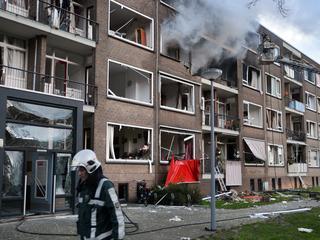 Gevel weggeslagen van portiekwoning in Schiebroek, talloze huizen beschadigd