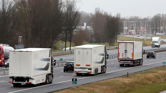 Deels zelfrijdende vrachtwagens bij Zwolle de openbare weg op