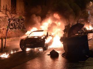 Zeker 450 aanhangers van regeringspartij Syriza boos de straat op