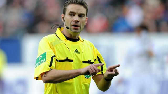 Speler Paderborn loopt per ongeluk scheidsrechter omver