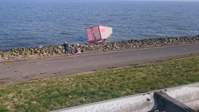 Vrachtwagen belandt in IJsselmeer na ongeval op Houtribdijk
