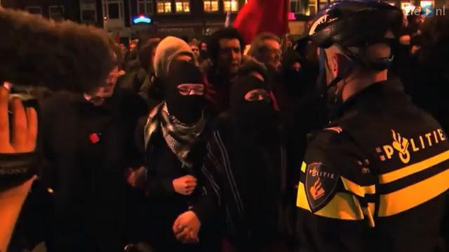 Studenten Amsterdam gooiden ruit politiebureau in bij demonstratie