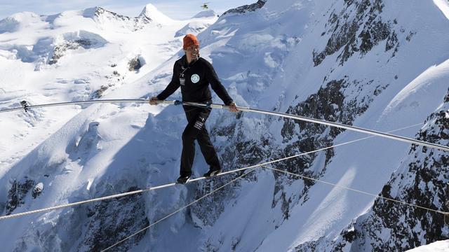 Koorddanser balanceert op 3.500 meter hoogte tussen Alpentoppen