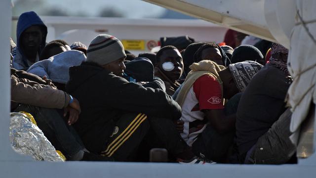 Boot met honderden vluchtelingen kapseist op Middellandse Zee