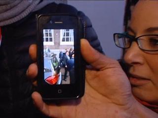 Marokkaanse Nederlanders komen samen voor hotel waar koning logeert