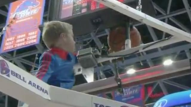Jongetje klimt in basket om bal los te krijgen tijdens collegeduel Amerika