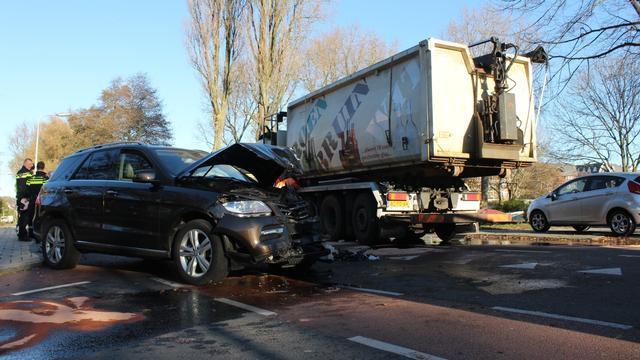 Botsing tussen personenauto en vrachtwagen in Voorschoten