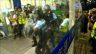 Politieagent houdt actievoerders op afstand met pistool in Hongkong