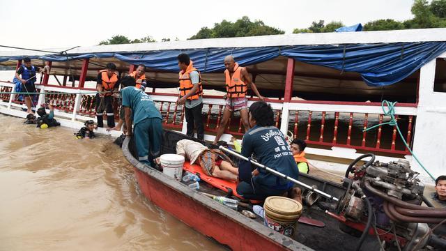 Duikers nog op zoek naar twaalf vermisten gekapseisde Thaise boot