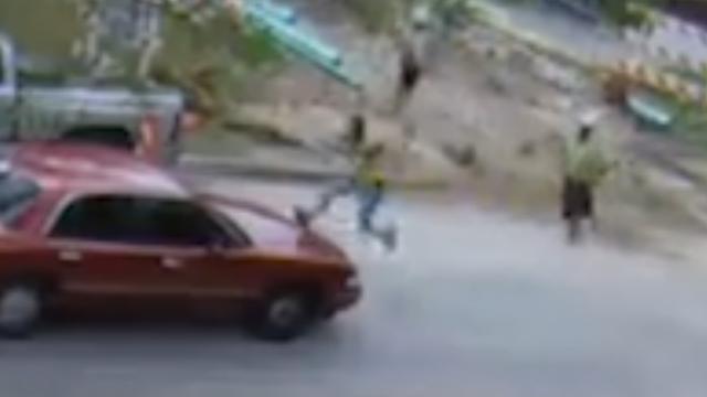 Bouwvakker springt op rijdende auto om dief te pakken in Texas
