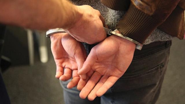 Ontsnapte arrestant steekt middelvinger op naar open gezaagde handboei