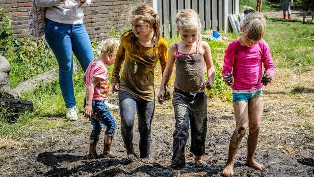 Dansen in een modderbad tijdens Modderdag