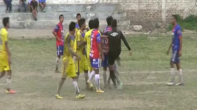 Scheidsrechter trapt speler tijdens wedstrijd in Peru