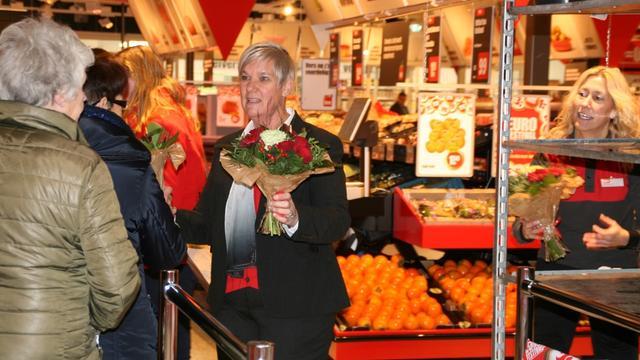 Supermarkt verwelkomt klanten met bloemen