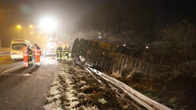 Vrachtwagenchauffeur overleden na ongeval op A13 bij Delft