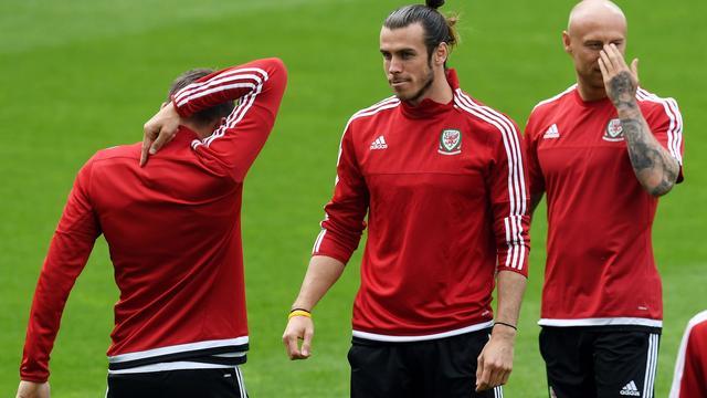 Bale helpt nerveuze teamgenoten in aanloop naar duel met Engeland
