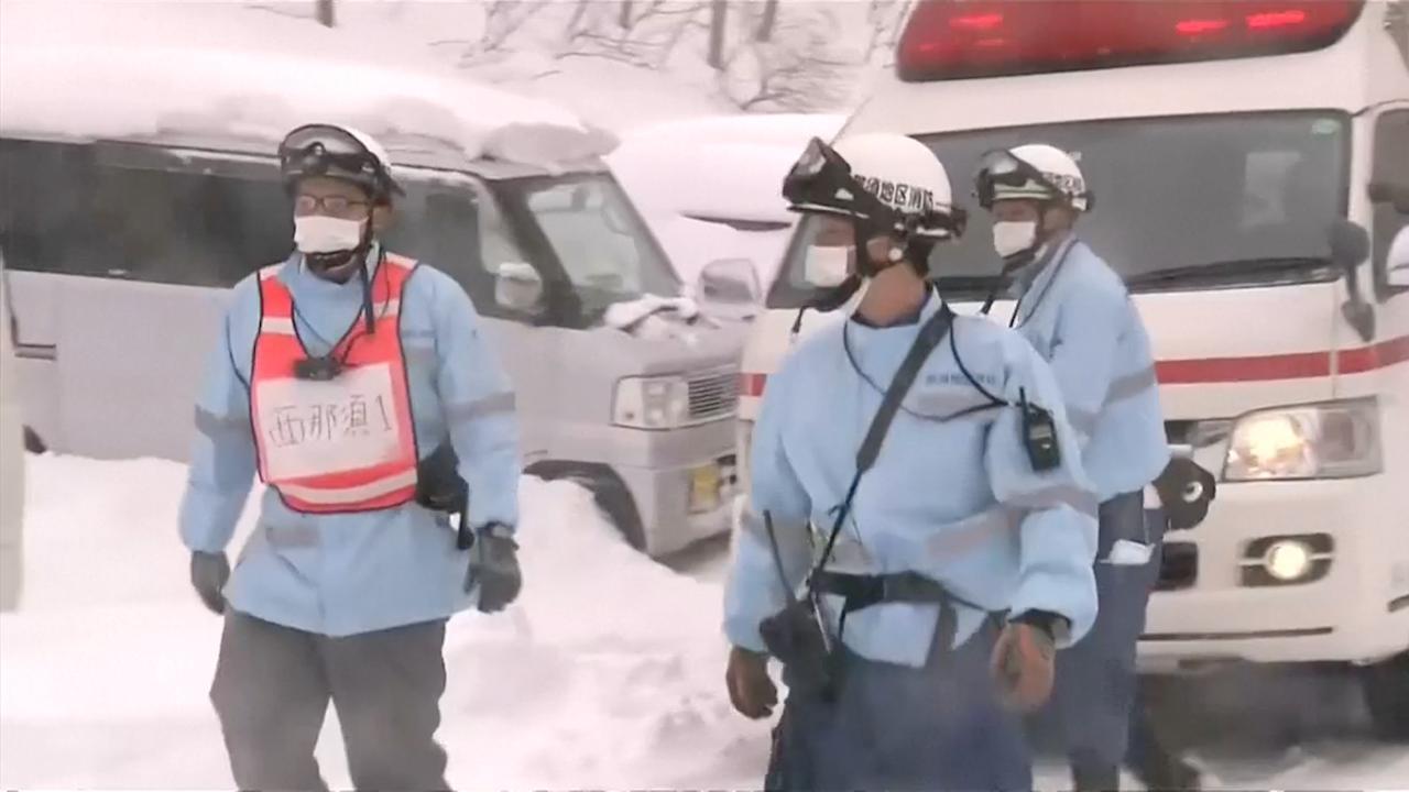 Japanse hulpdiensten in actie bij dodelijke lawine