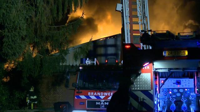 Grote uitslaande brand bij loods in Velden