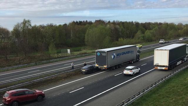 Zelfrijdende Tesla botst op vrachtwagen op A1 in Overijssel