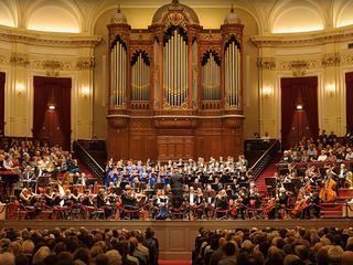 Voor deze vertolking bestijgen maar liefst 135 muzikanten de bühne in verschillende steden in Nederland