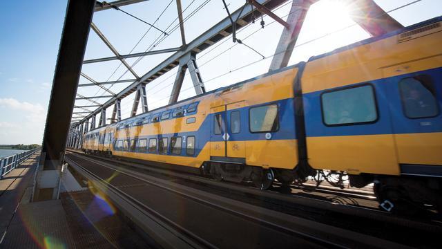 Treinen rijden weer over Moerdijkbrug na spoedreparatie