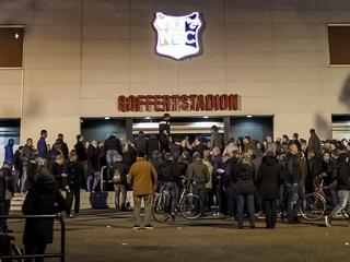 Stewards en politie moeten supporters buiten stadion houden