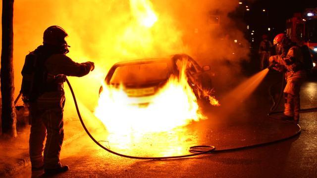 Gevaarlijke autobrand naast woning in Zuidoost