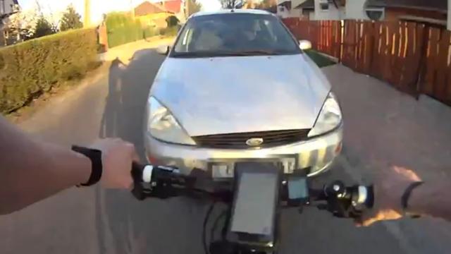 Appende fietser ziet auto over het hoofd