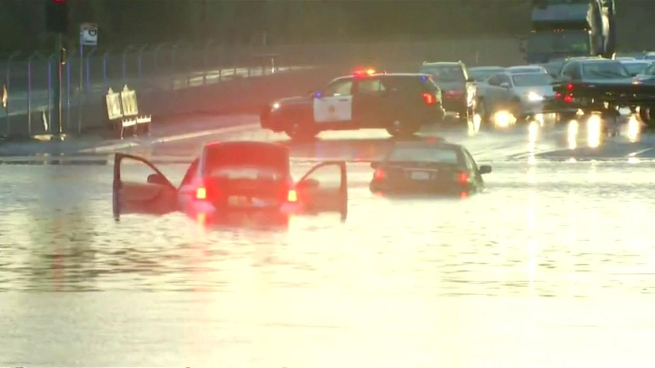 Auto's stranden in San Diego door overstromingen
