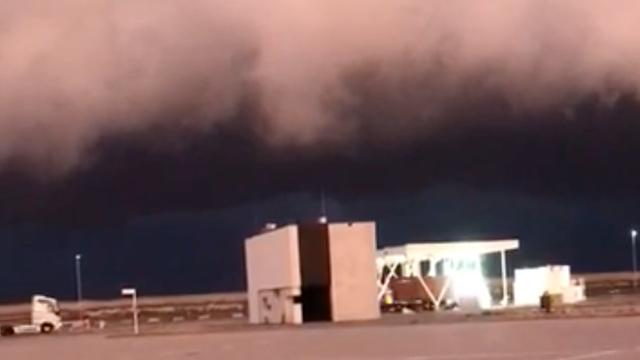 Donkere onweerswolken hangen boven Nederland