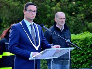 Burgemeester Bas van den Tillaar en Jo de Ridder spreken aanwezigen toe