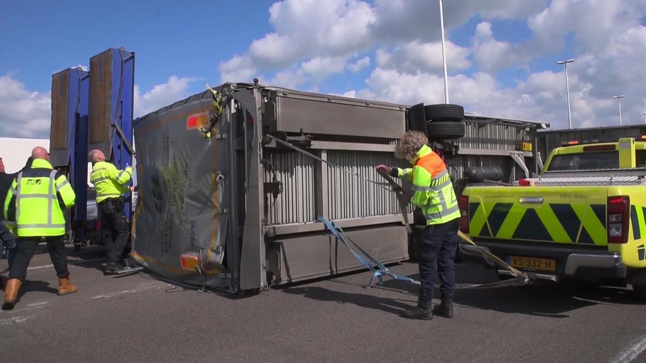 Vrachtwagen gekanteld op A16 richting Breda