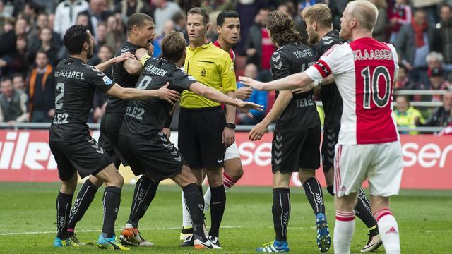 FC Utrecht-spelers belagen scheidsrechter Makkelie