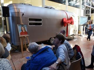 Lounge gevestigd in omgebouwde caravan