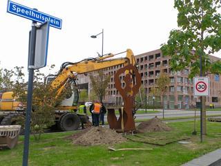Beeld moest verplaatst vanwege bouw station