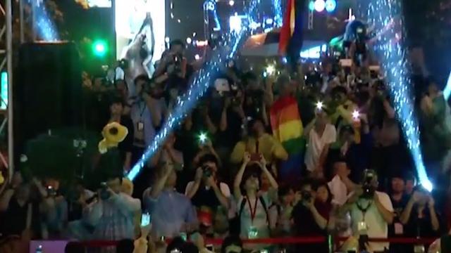 LGBT's feesten nadat Taiwan als eerste Aziatische land homohuwelijk legaliseert