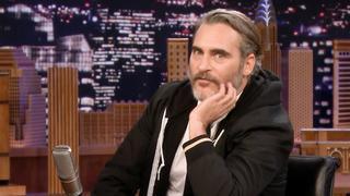 Joaquin Phoenix ruilt van plek met Jimmy Fallon bij talkshow