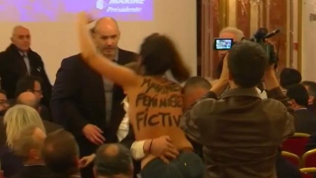 Streaker feministische organisatie verstoort persconferentie Le Pen
