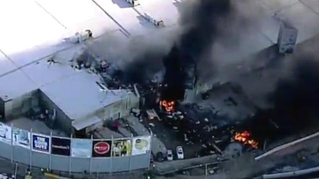 Vliegtuigje crasht op winkelcentrum Australië
