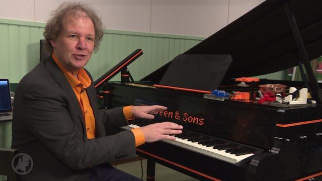 Pianist bouwt vleugel van legoblokjes