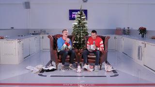 Verstappen en Albon krijgen slappe lach om kerstcadeaus