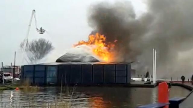 Grote brand in theehuis met rieten dak in Friesland