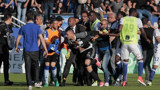 Voorzitter Lyon geschokt na rellen: 'Zelfs stewards sloegen onze spelers'